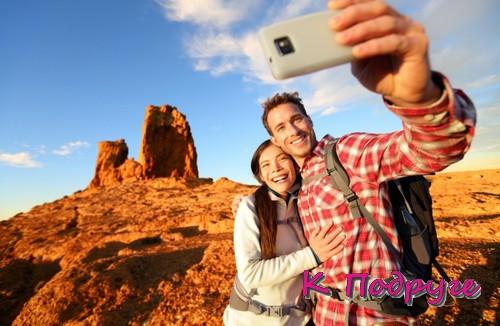 Пара фотографируется в путешествии
