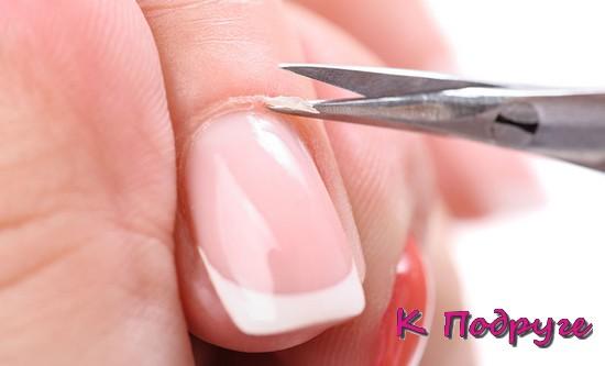 Обрезание кутикулы ножницами
