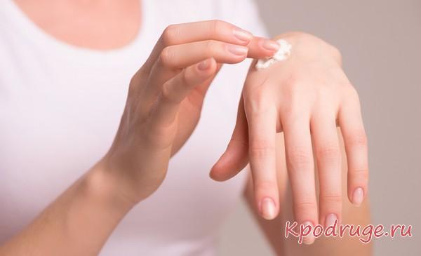 Наносить крем на руку