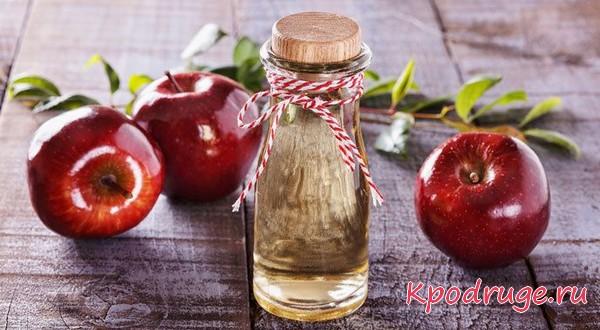 Уксус из яблок в стеклянной бутылочке