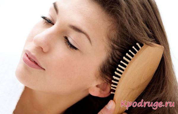Расчесывание волос деревянной щеткой