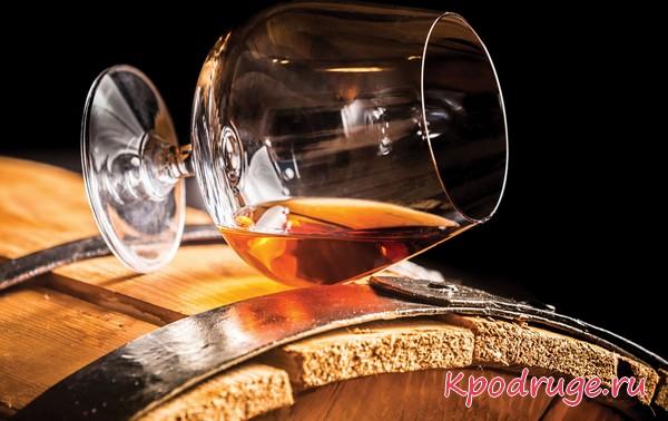 Бокал вина на винной бочке