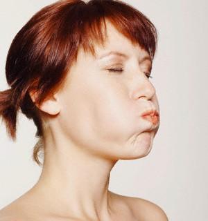 Женщина набрала воздух в рот