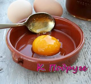 Разбитое яйцо в тарелке