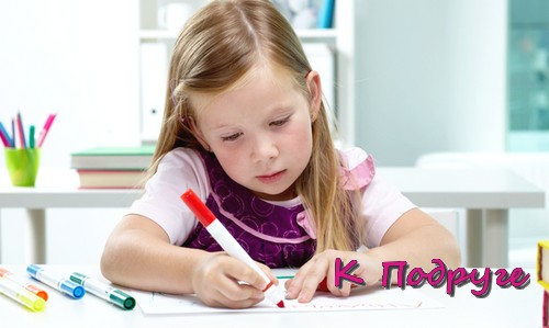 Девочка пишет фломастером