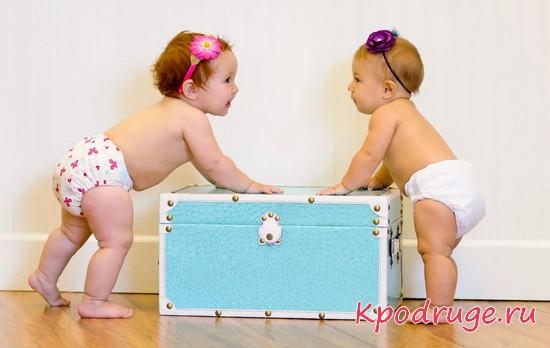 Малыши ходят в подгузниках