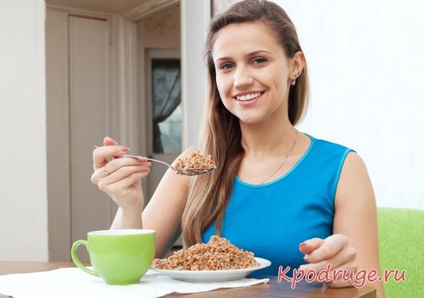 Девушка ест гречку