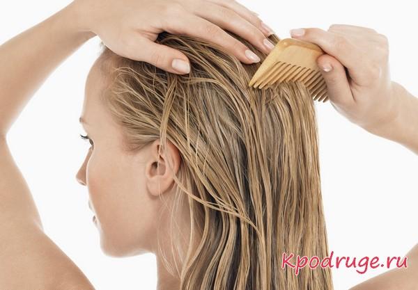 Девушка расчесывает влажные волосы