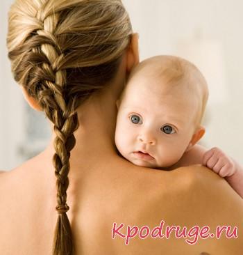 Девушка с косой держит на руках ребенка
